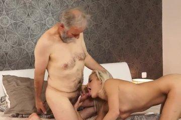 Пожилой мужик трахает молодую блондинку
