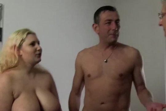 Толстая блондинка с большими натуральными сиськами развлекается со зрелой парой