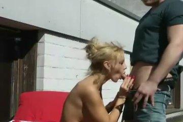 Зрелая блондинка с силиконовыми сиськами делает минет и дает ебать незнакомцу