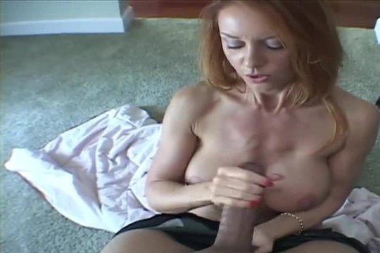 Зрелая блондинка с силиконовыми сиськами дрочит большой черный член до оргазма
