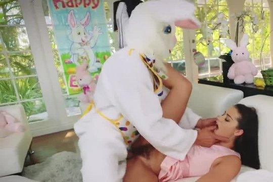 Парень в костюме зайца шпилит горячую и загорелую девку