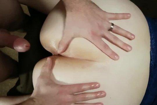 Хахаль ебет толстую шлюшку раком и снимает домашнее видео