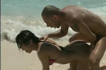 Сексуальная брюнетка Liz Valery занимается анальным сексом на диком пляже
