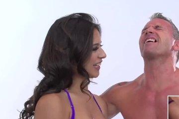 Похотливая брюнетка Jynx Maze дрочит мужику хуй мастурбатором и спрашивает об ощущениях