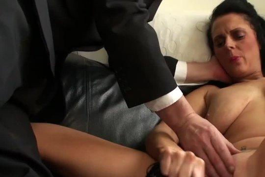 Любовник довел зрелую стройную брюнетку до сквирта пальцами