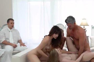 Две молодые блондинки и брюнетка резвятся со зрелым мужиком, пока их парни смотрят со стороны