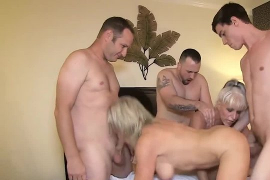 Мужики ебут горячих подружек в номере отеля