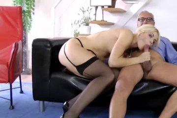 Стройная блондинка в чулках ебется с отчимом пока мамка на работе