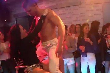 Молодые люди устроили оргию в клубе и ебутся с кем попало