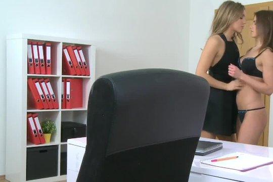 Сексуальная начальница соблазнила подчиненную и приобщает ее к лесбийской любви