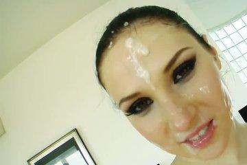 Четыре пацана выебали в рот брюнетку и залили ей спермой все лицо