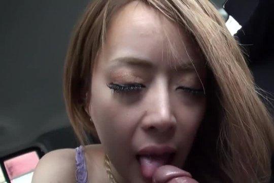 Азиатка с длинными волосами умело и нежно сосет член в машине