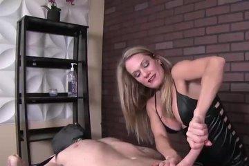 Зрелая блондинка в латексе бьет связанного мужика по члену и активно дрочит ему
