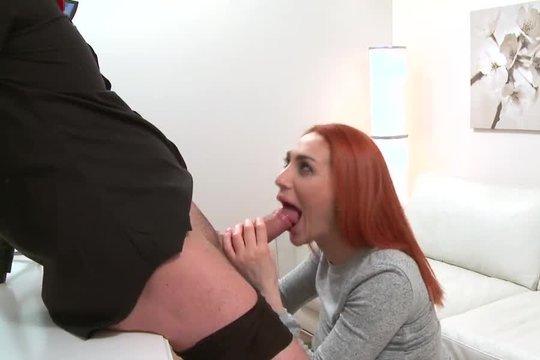 Улыбчивая рыжая телка в чулках жадно сосет и трахается на порно кастинге
