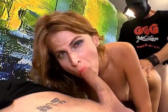 Сексуальную блондинку Paola Mike ебут в письку и рот и заливают спермой в ганг банг порно