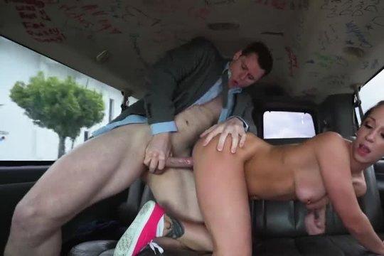 Шалава с хорошей жопой Jada Stevens сосет член и качественно ебется с презервативом в машине