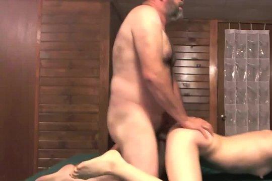 Худая студентка с маленькими сиськами страстно ебется с отчимом в спальне