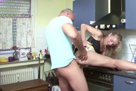 Зрелый сантехник трахнул на кухне озабоченную блондинку, надавал в рот и кончил на лицо