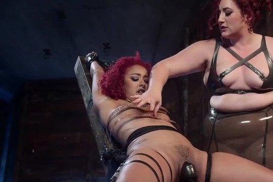 Пухлая госпожа издевается над связанной рабыней и заставляет лизать пизду