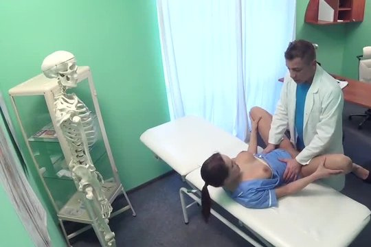 Доктор отлизал и трахнул по полной программе красивую санитарку с хорошей жопой
