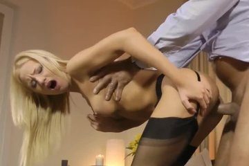 Две блондинки БИ удовлетворяют зрелого партнера минетом и еблей в письки
