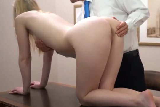 Директор заставил подчиненную залезть на стол и помастурбировать