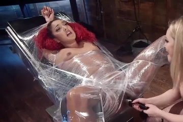Госпожа блондинка пиздит рабыню током, сует руку в пизду, дрочит письку вибратором и заставляет лизать