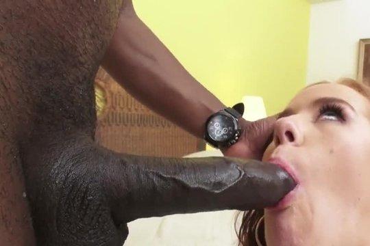 Kierra Wilde ебется с негром в пизду и жопу, и сосет его большой черный хуй