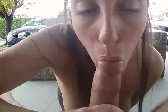 Тупая шалава Melanie Hicks сосет на улице член, лижет яйца, гоняет хуй между сисек и дает на них кончить