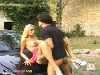 Блондинка на каблуках с красивой грудью сосет и ебется на капоте машины