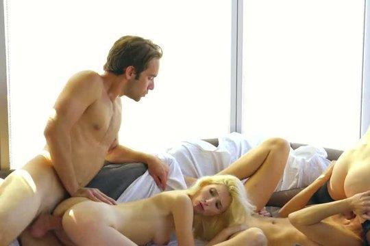 Три красивые лесбиянки блондинки решили разнообразить свою жизнь и отдались парню по полной программе
