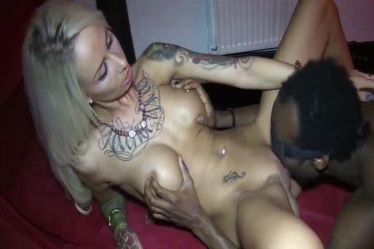 Блондинка с татуировками Anni Angel дала негру отлизать и трахнуть