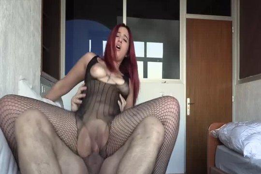 Рыжая пухлая сучка скачет на члене толстого борова в хоум порно