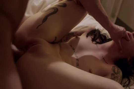 Жесткий анальный секс с брюнеткой в татуировках