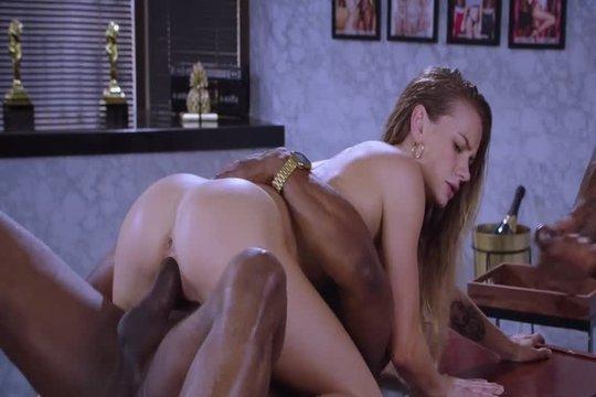 Два негра ебут блондинку в манду по очереди и дают сосать