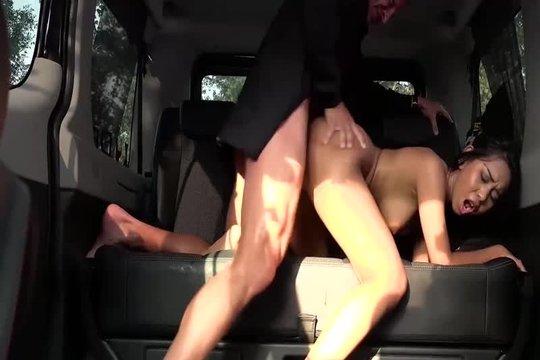Таксист развел пассажирку на жесткий секс в машине
