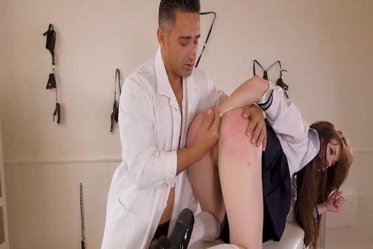 Доктор прочистил студентке жопу анальным фистингом и хуем