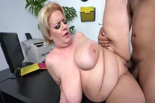 Толстая блондинка с большими дойками Tiffany Blake отдалась на столе в офисе