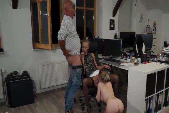 Зрелые руководитель отдела поебывает коллег блондинок