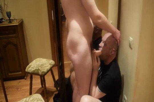 Зрелый русский гей жадно сосет младшему другу в хоум порно