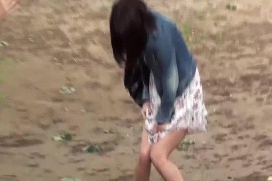 Азиатка чуть не обоссалась в очереди в туалет и попала на скрытую камеру