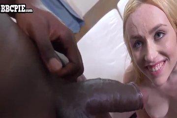 Крупный негр залил блондинке спермой все лицо после хорошего траха в кису