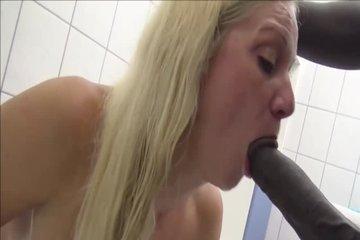 Негр выебал блондинку в ванне большим черным елдаком