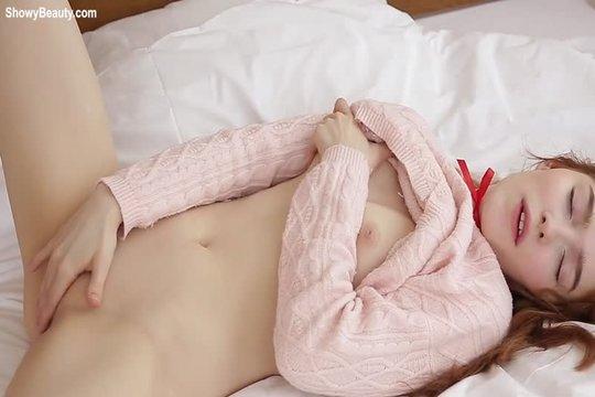 Красавица Jia Lissa мастурбирует на кровати и показывает дырочки