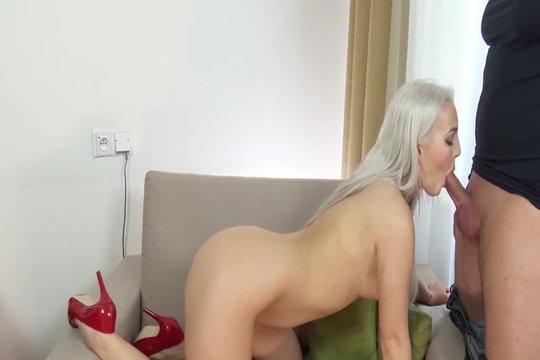 Блондинка на каблуках сосет за бабки пикаперу и дает ебать