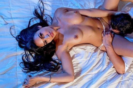 Несравненная брюнетка с длинными волосами Katana Kombat в страстном порно в спальне