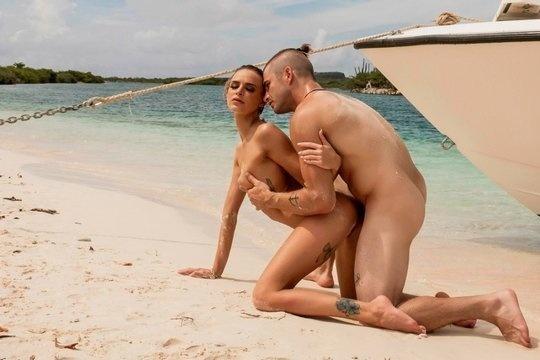 Ебливая блондинка Emma Hix сосет от первого лица и трахается на Мальдивах