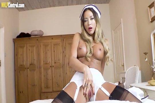Красивая азиатка блондинка завлекает самцов порно с мастурбацией