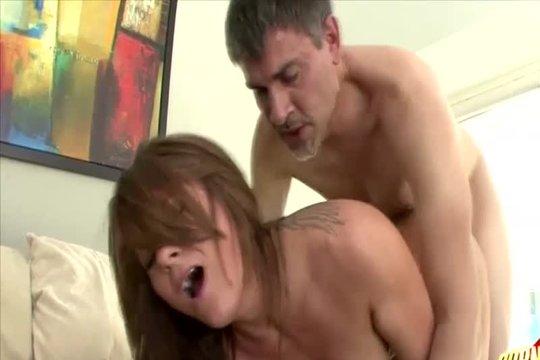 Страстный секс зрелой пары в спальне с оралом и вагиналом