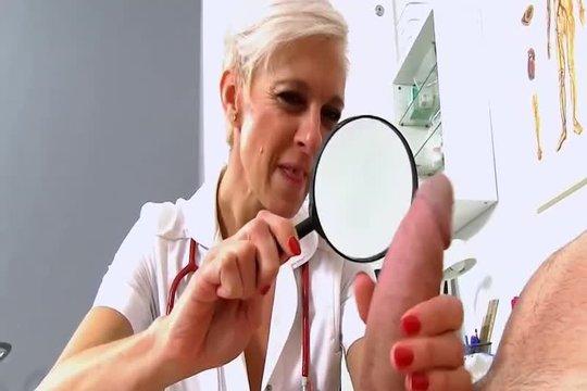 Зрелая докторша добывает у типа сперму на анализ коронавируса